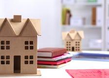 设计师显示一个新的家的模型 库存照片