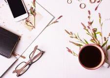 设计师桌顶视图,有一杯咖啡的一名妇女, magazi 免版税库存图片
