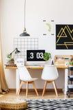 设计师椅子和木书桌 免版税库存图片
