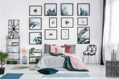 设计师椅子在明亮的卧室 库存图片