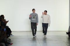 设计师沙恩Gabier和克里斯托弗彼得斯步行风时装表演的生物的跑道 库存照片