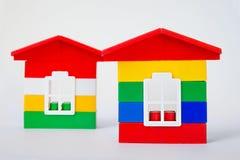 从设计师的两个玩具房子白色背景的 结构上大厦概念我的私有项目 库存照片