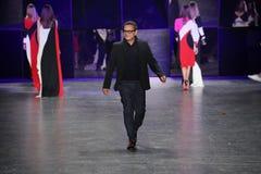 设计师纳伊姆可汗步行在纳伊姆可汗时装表演期间的跑道 免版税图库摄影