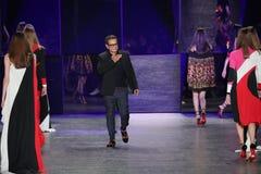 设计师纳伊姆可汗步行在纳伊姆可汗时装表演期间的跑道 免版税库存图片