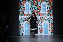 设计师萧志美在萧志美2016年9月以后招呼观众 免版税库存照片