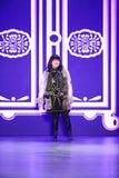 设计师萧志美招呼观众,在萧志美秋天2016展示后 免版税库存照片