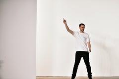 设计师蒂姆Coppens步行蒂姆Coppens时装表演的跑道在纽约时尚星期人的FW期间2016年 免版税库存图片