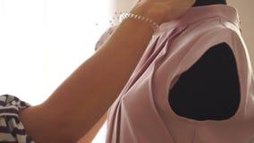 设计师调整在时装模特的女衬衫 股票视频