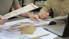 设计师谈论项目,在色的板料被描述 影视素材