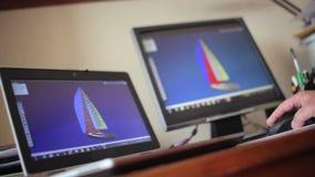 设计师转动游艇的图象在计算机上的 股票录像