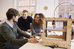 设计师队与3D打印机一起使用在设计演播室 免版税图库摄影