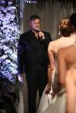 设计师马修克里斯托弗谈话与观众在他的展示以后NY新娘时尚星期 免版税库存图片