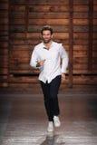 设计师马西莫Giorgetti在埃米利奥Pucci时装表演以后承认观众的掌声 库存图片