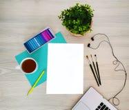 设计师,艺术家工作场所 创造性,时髦,艺术性的嘲笑与纸,咖啡、笔记本或者键盘,耳机,一支黄色铅笔, 免版税库存照片
