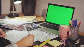 设计师` s顶视图递与新的公寓的drawingin一起使用 股票视频