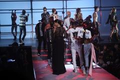 设计师Philipp普莱因和模型步行在Philipp普莱因时装表演的跑道结局 库存照片
