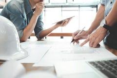 设计建筑项目工程的会议与伙伴 免版税图库摄影