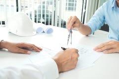 设计建筑项目工程的会议与伙伴 免版税库存图片