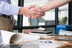 设计成功的成交的握手在建筑计划 A 库存图片