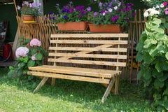 设计手工制造庭院的长凳 做木头 图库摄影