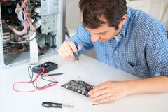 设计拆卸的计算机内部零件在服务中心 免版税库存图片