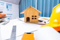 设计有木头的物产承包商运转的书桌片剂ho 免版税库存照片