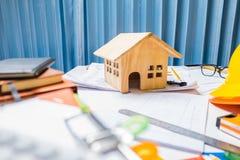 设计有木头的物产承包商运转的书桌片剂ho 免版税库存图片