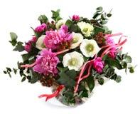 设计桃红色牡丹、白罂粟和金丝桃属植物花束。变粉红色花,白花。在白色隔绝的花的布置 免版税库存照片