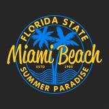 设计的迈阿密海滩,佛罗里达州的印刷术穿衣,有棕榈树的T恤杉和波浪 服装的图表 向量 库存例证