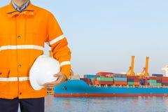 设计穿安全外套和拿着盔甲的码头工人为 免版税库存图片