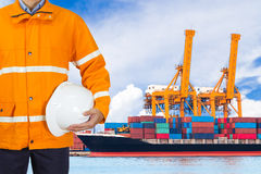 设计穿安全外套和拿着盔甲的码头工人为 免版税库存照片