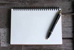 设计观念 精装书卡拉服特笔记本和圆珠笔顶视图  图库摄影