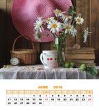 设计页日历2018年6月 与庭院花的静物画 免版税库存照片
