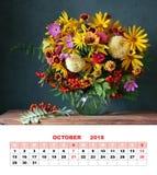 设计页日历2018年10月 与庭院fl的秋天花束 免版税库存照片
