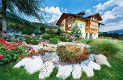 设计高例证横向计划图表分解力 装饰的池塘和花圃有高山房子的 库存照片