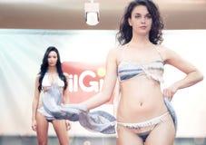 设计 比基尼泳装的女孩在一场时装表演在的里雅斯特 免版税库存照片