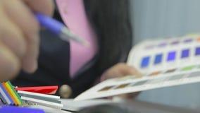 设计LED屏幕 在办公室,雇员牺牲屏幕标志的颜色被咨询 影视素材