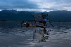 设陷井有一条小船的渔夫在缅甸的Inle湖 库存图片