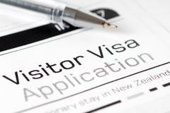 访客与笔的签证申请形式 免版税库存图片