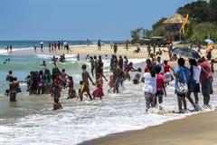 访客人群向阿鲁加姆湾 免版税库存照片
