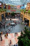 访客人群论坛地区的在圣淘沙,新加坡 免版税库存图片