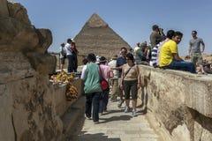 访客向吉萨棉在开罗,埃及观看胡夫金字塔  图库摄影