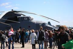 访客和航空器在飞行表演在一个晴天 免版税库存照片