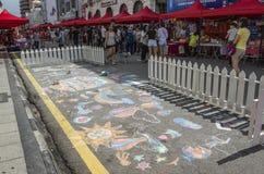 访客和路图画在海滩街道,槟榔岛,马来西亚 免版税库存照片