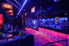 访客和酒吧在精采爵士乐俱乐部音乐会前 库存照片