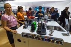 访客品尝从Nespresso的咖啡 图库摄影