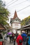 访客在一个雨天走往麸皮城堡在麸皮城市在罗马尼亚 免版税库存照片