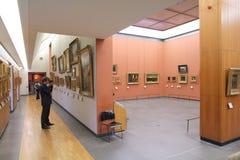 访客在博物馆 免版税库存图片