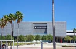 访客在坦帕艺术馆,坦帕佛罗里达外面 免版税库存图片