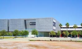 访客在坦帕艺术馆,坦帕佛罗里达外面 免版税图库摄影
